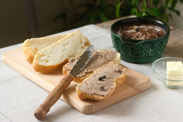 Paté de hígado casero con pan y mantequilla. estilo rústico