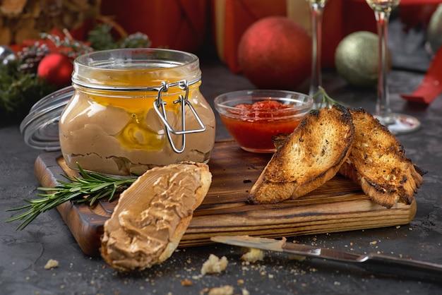 Paté de hígado de pollo en frasco y pan, enfoque selectivo