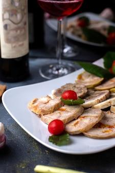 Paté junto con tomates cherry rojos vino tinto sabroso paté dentro de plato blanco