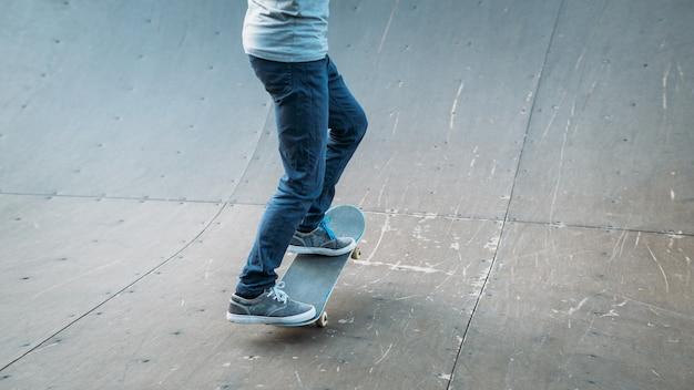 Patinador urbano en acción. tiempo de practica. hombre montando patineta.