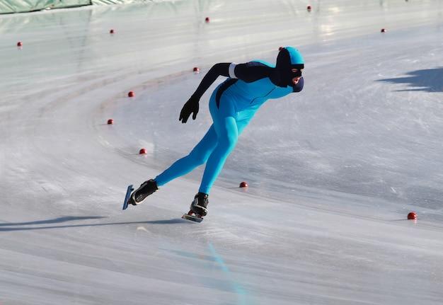 Patinador de velocidad en el anillo congelado