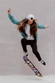 Patinadora practicando skate al aire libre