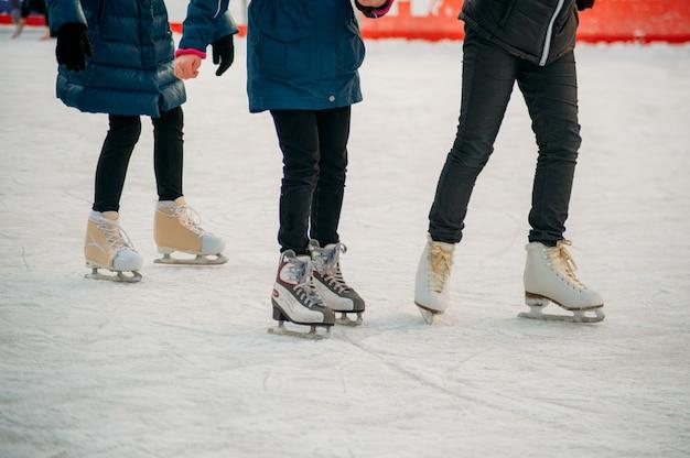Patinando sobre pista de hielo