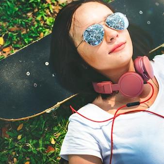 Patineta relajación descanso acostado chill headphone concept