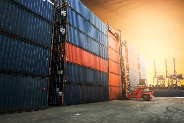 Patio de contenedores para logística, concepto de importación y exportación.