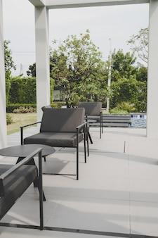 Patio exterior cubierta y silla