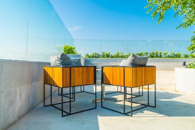 Patio exterior decorado con char y mesa.