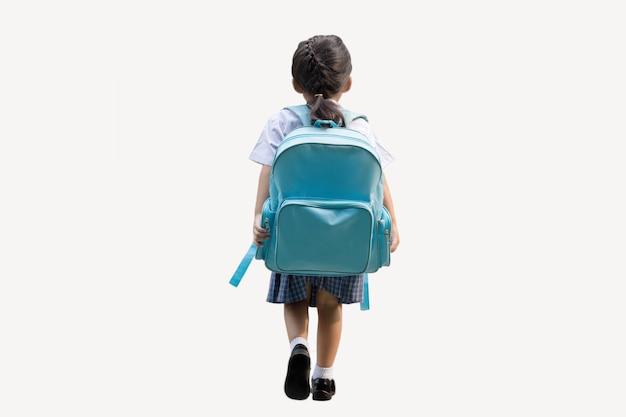 Patio trasero de la niña de la escuela de regreso a la escuela sobre fondo blanco aislado (incluir ruta)