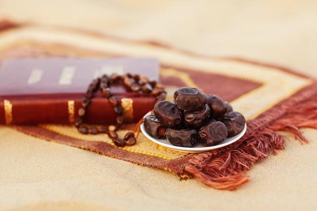Patios y rosarios, bellamente dispuestos sobre la alfombra de oración en el desierto.