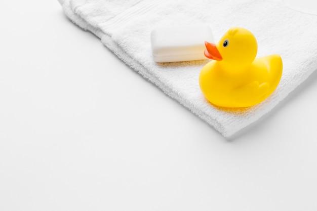 Pato de goma y espacio de copia de jabón