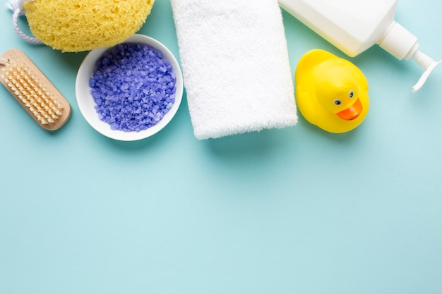 Pato de goma y sal de baño