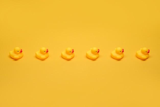 Patos de goma en una fila