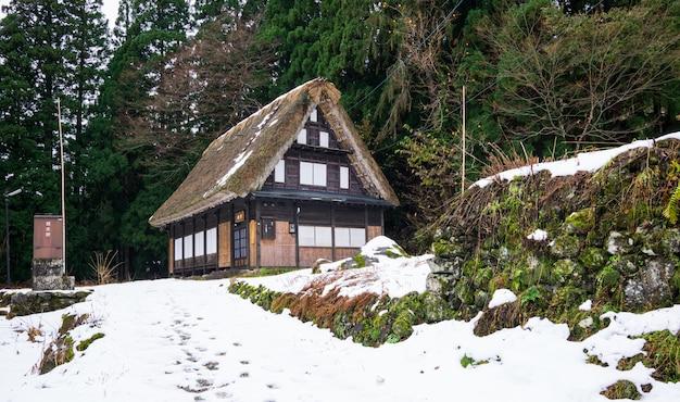 Patrimonio granja de madera en el famoso pueblo de japón.