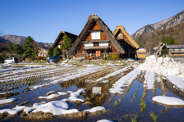 Patrimonio granja de madera con reflejo de agua en el famoso pueblo de japón.