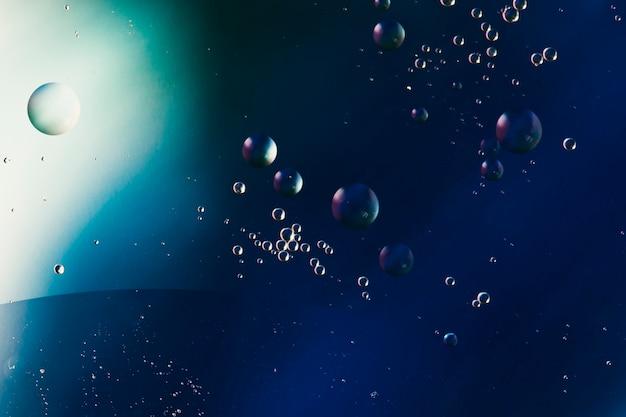 Patrón abstracto de burbujas de aceite coloreadas sobre el agua