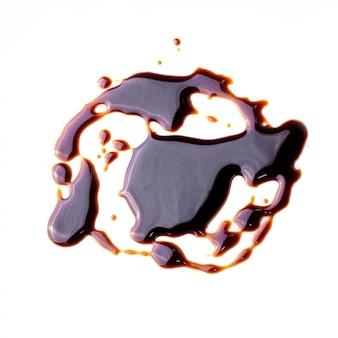 Patrón abstracto hecho de salsa de chocolate aislado sobre fondo blanco