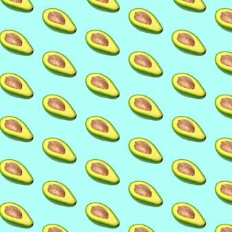 Patrón de aguacate sobre fondo de color. vista superior. bandera. diseño de arte pop, concepto creativo de comida de verano