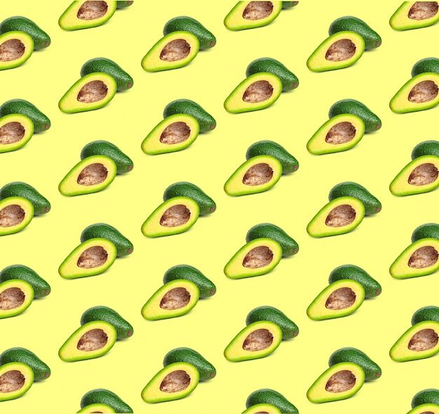 Patrón de aguacate sobre fondo de color. vista superior. bandera. diseño pop art, comida creativa de verano