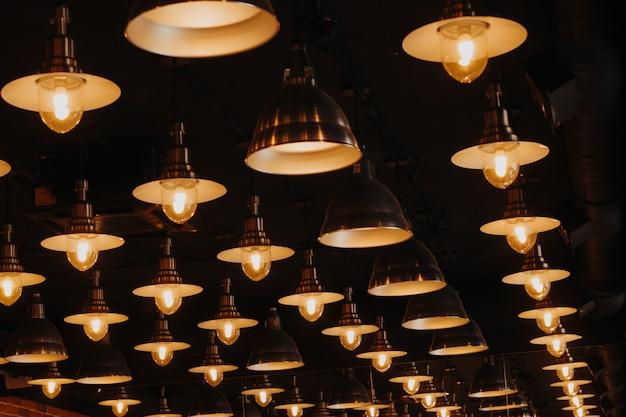 Patrón de bombillas luminosas, detalle de interiorismo.