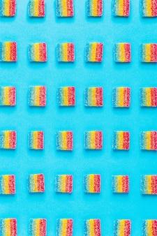 Patrón de caramelos de colores sobre un fondo azul.