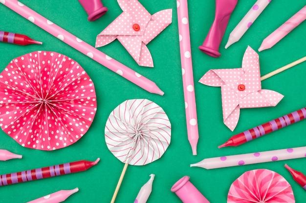 Patrón de celebración colorido con varias decoraciones de fiesta