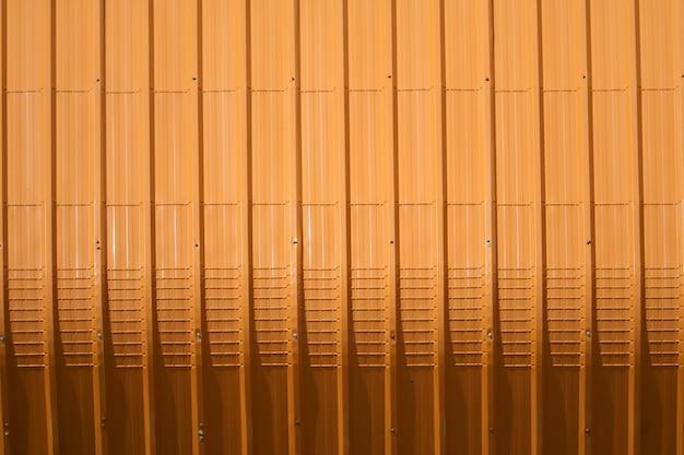 Patrón de chapa naranja y diseño de línea vertical.