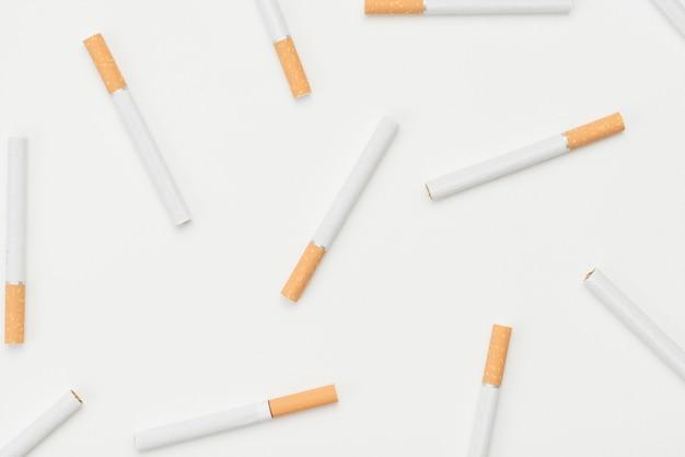 Patrón de cigarrillos sobre aislado sobre fondo blanco