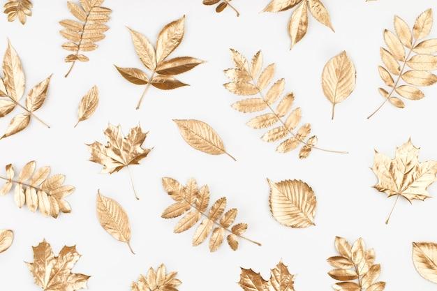 Patrón de composición otoñal hecho de hojas doradas otoñales sobre fondo blanco endecha plana
