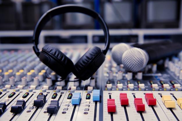 Patrón de control de deslizamiento de volumen en el mezclador de sonido profesional.
