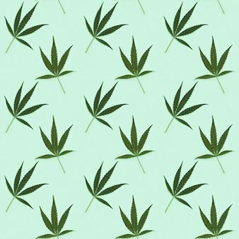 Patrón creativo regular sin fisuras con hojas verdes naturales de la planta de cannabis.