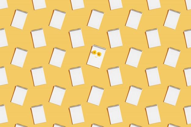 Patrón de cuadernos de espiral abierto en una página en blanco.