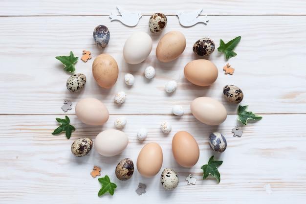 Patrón de decoración de pascua de pollo natural y huevos de codorniz.