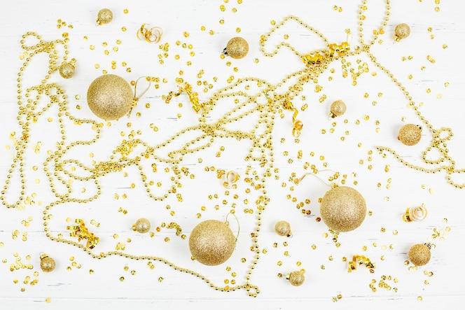 Patrón decorativo de bolas de juguete dorado de navidad