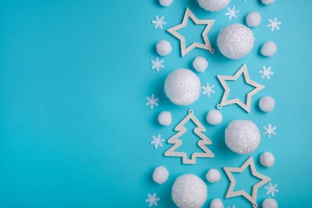 Patrón festivo nevado sobre un fondo azul claro