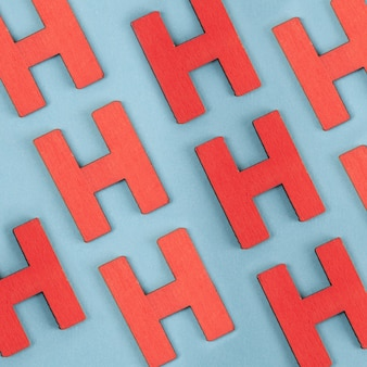 Patrón sin fisuras de mayúsculas rojas h sobre fondo azul