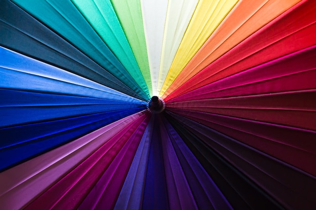 Patrón de fondo de una variedad de sombrillas de colores.