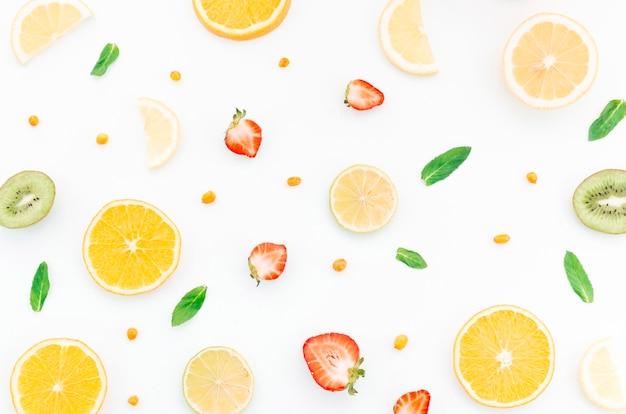 Patrón de frutas y bayas cortadas