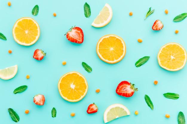 Patrón de frutas con hojas de menta.