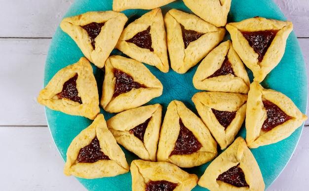 Patrón de galletas judías para purim sobre fondo de madera.