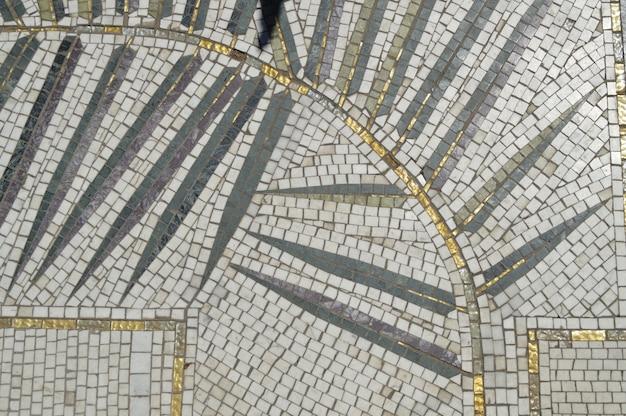 Patrón de hojas en mosaico de azulejos.