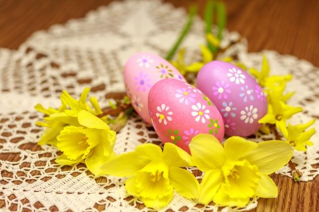 Patrón con huevos de pascua y narcisos.