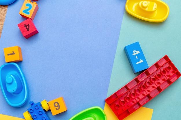 Patrón de juguetes de educación infantil para niños con espacio de copia. concepto de niños niños bebés bebés