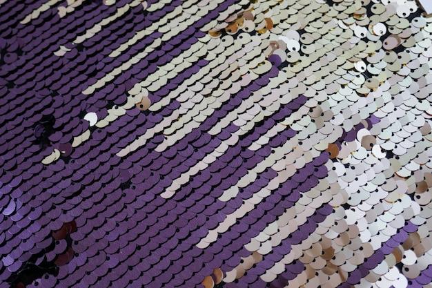Patrón de lentejuelas. fondo de lentejuelas plateadas púrpuras. textura de lentejuelas transparente.
