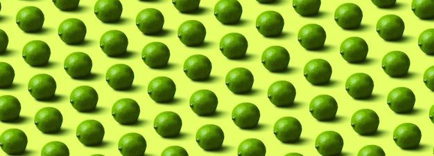 Patrón de limas sobre fondo verde claro,