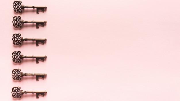 Patrón de llaves vintage sobre fondo rosa