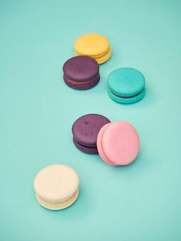 Patrón de macarons sobre fondo azul pastel
