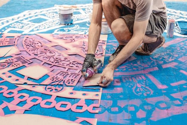 Patrón de mosaico coloreado en una calle