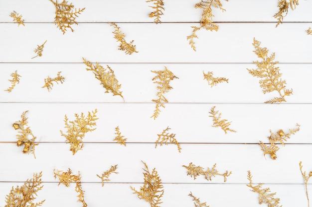 Patrón de navidad de decoraciones navideñas sobre fondo blanco de madera