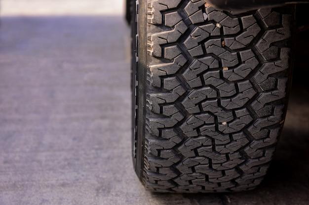Patrón de neumáticos de coche aparcados.