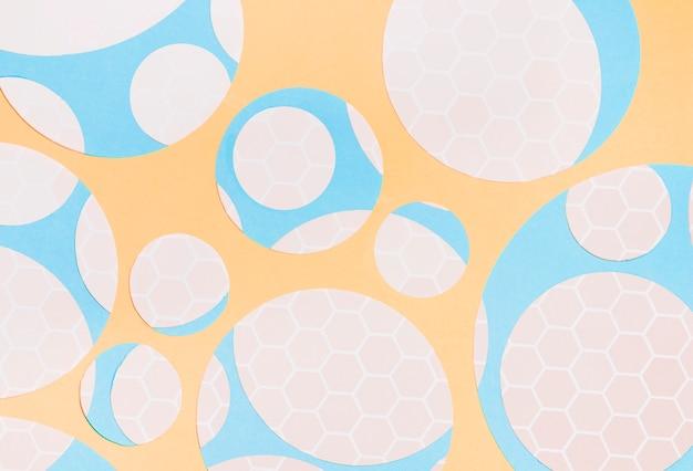 Patrón de nido de abeja en forma de círculo sobre el fondo amarillo